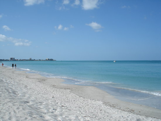 Sandcastle Resort at Lido Beach: Beautiful aqua colored water with white sandy beach.
