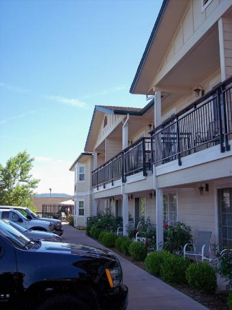 BEST WESTERN PLUS Cedar Inn & Suites: Side view of the hotel