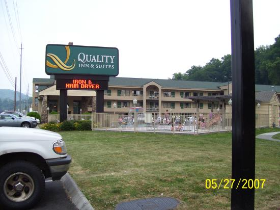 Quality Inn & Suites at Dollywood Lane: Hotel from Denny's