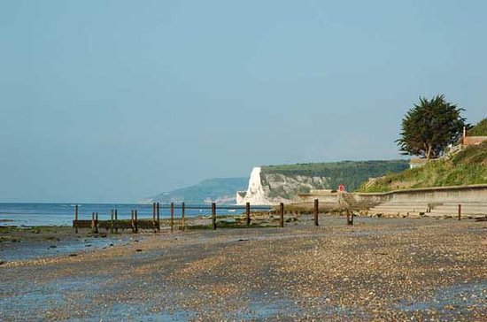 Bembridge, UK: Beach to right of hotel