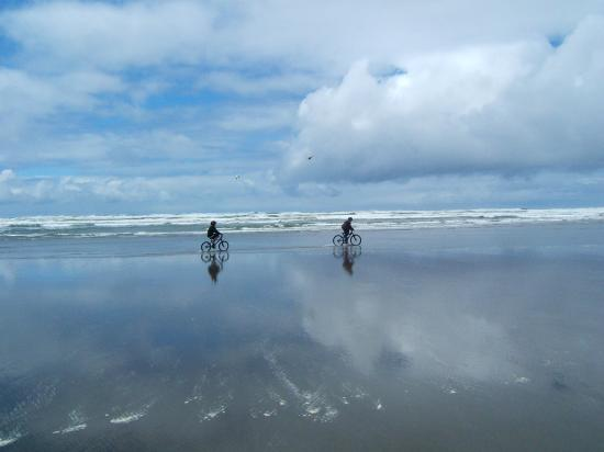 Klipsan Beach Cottages: kids biking on the hard packed Klipsan Beach