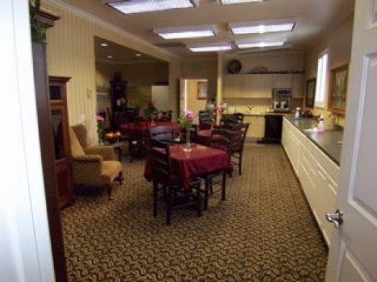 Grass Valley Courtyard Suites: Dining room