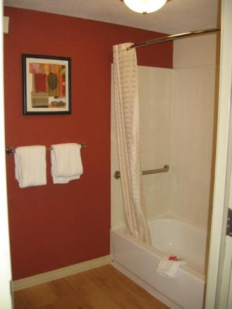 Red Roof Inn: Bathroom Doorway
