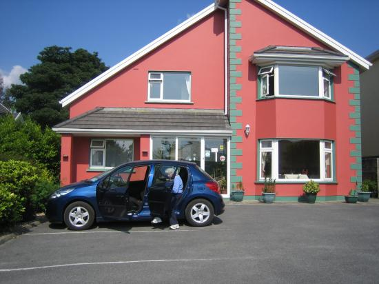 Muckross Drive House B&B: parking in front of B&B