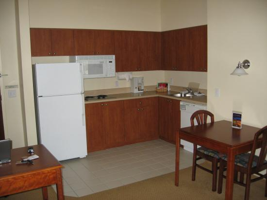 Hawthorn Suites of Naples: kitchen area