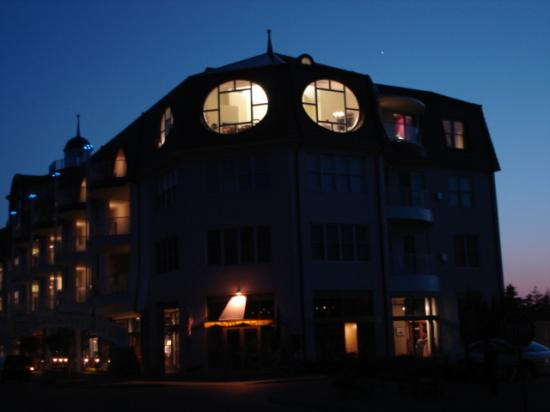 Bay Harbor Village Hotel & Conference Center: Marina building at night.