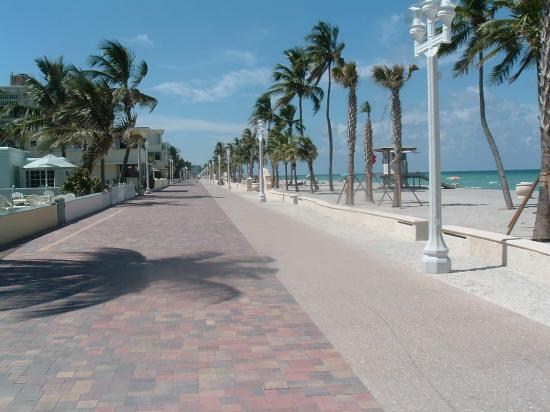Marriott Hollywood Beach: Looking north on the broadwalk