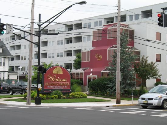 Watson's Regency Suites: A view of the hotel from across the street.