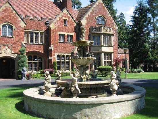 Thornewood Castle Inn and Gardens: Fountain from Rose Red
