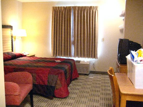 Extended Stay America - Austin - Round Rock - North: Queen size bed seemed smaller than it should be