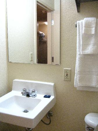 Extended Stay America - Austin - Round Rock - North: Sink area looked clean