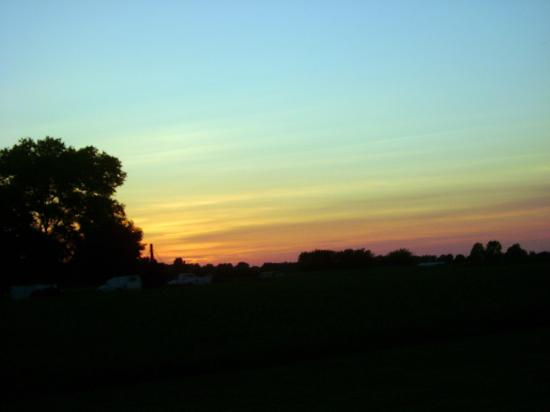 Bird in Hand, Pennsylvanie : Juen sunset across from Bird-in-Hand Family Inn 