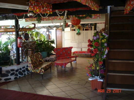 Tahiti Airport Lodge: lobby downstairs looking at rooms
