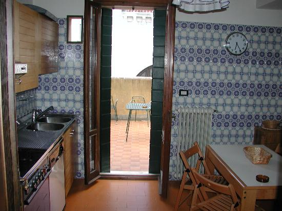 B3 - Sant&#39;Antonin: Kitchen and terrace