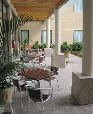Fiesta Inn: Outdoor patio