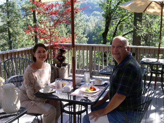O'Brien Mountain Inn: Breakfast on the Patio