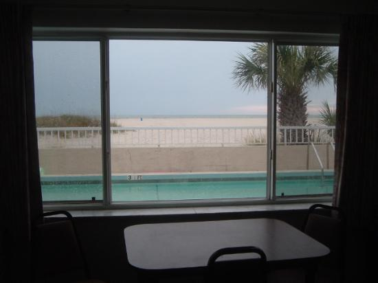 Trade Winds Motel: this is the view outside our window