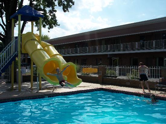 South Shore Inn: Twin slides at pool