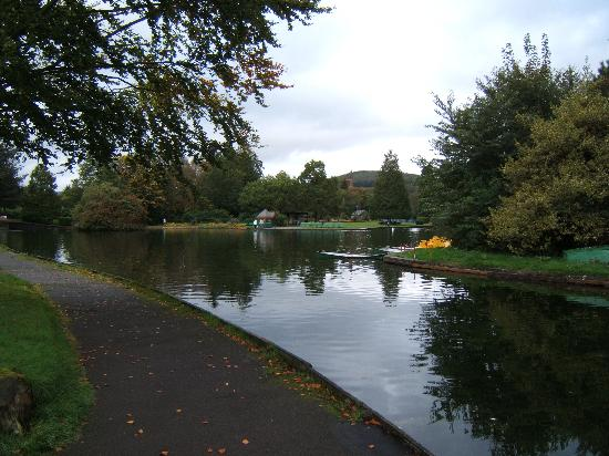 Balmoral Hotel: Another view of the boating lake in Moffat Park