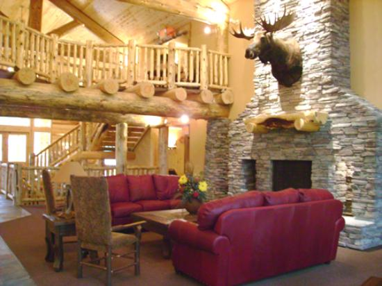 Whitefish Lodge and Suites: The grand lobby.