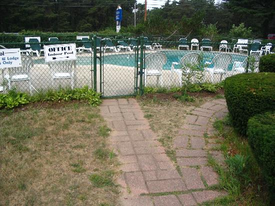 Wellfleet Motel: Entrance to outdoor pool