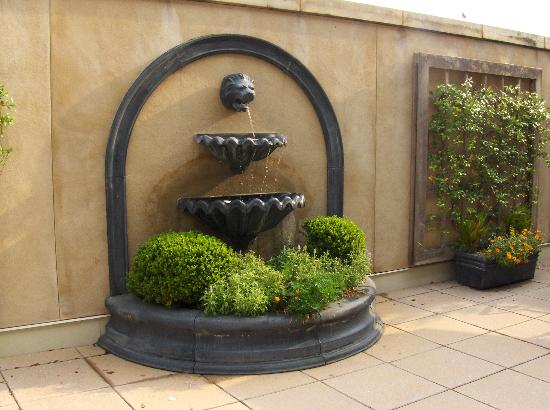 French Quarter Inn: Fountain on the terrace where we ate breakfast