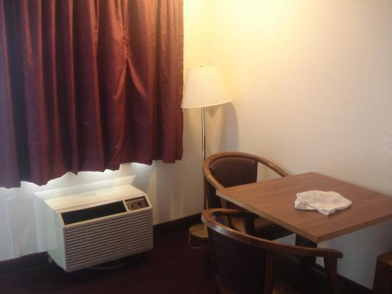 Americas Best Value Inn Myrtle Beach: cozy table and chairs