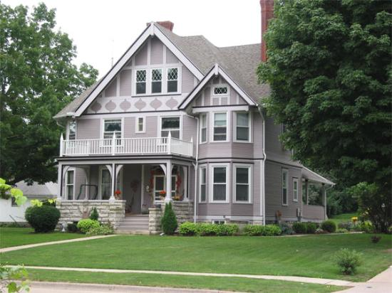 Squiers Manor B&B: Neighboring House in the Pleasant St. Historic District