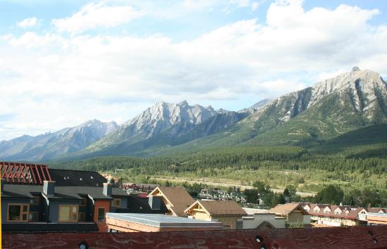 Canmore Crossing: A view from the rooftop hot tub