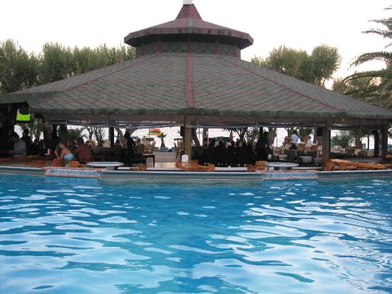 Ayaz Hotel: pool and bar backing onto beach