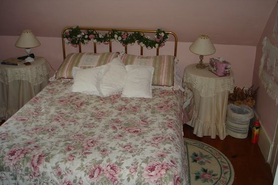 EdgeWater Farm Bed and Breakfast: Cozy Rosy room