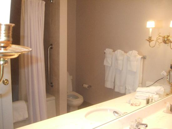 White Mountain Hotel and Resort: Bathroom