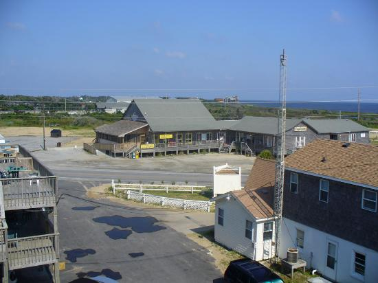 Outer Banks Motel: Wahini&#39;s Surf Grill across the street