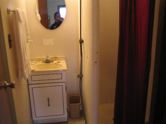 Avon Motel: Small &amp; Gross Bathroom!