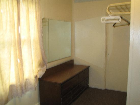 Avon Motel: Rest of Main Bedroom - vanity &amp; no closet!