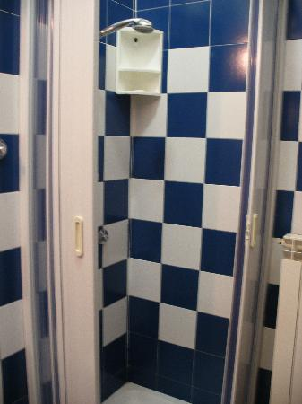 Tourist House: shower