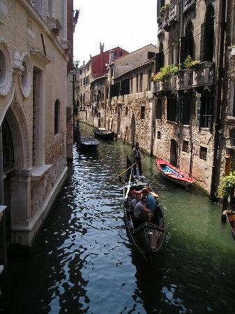 http://media-cdn.tripadvisor.com/media/photo-s/01/04/9c/f3/canales-de-venecia.jpg