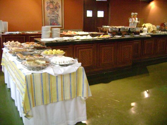 Hotel Foz do Iguacu: Breakfast buffet (1 table of 4!!)