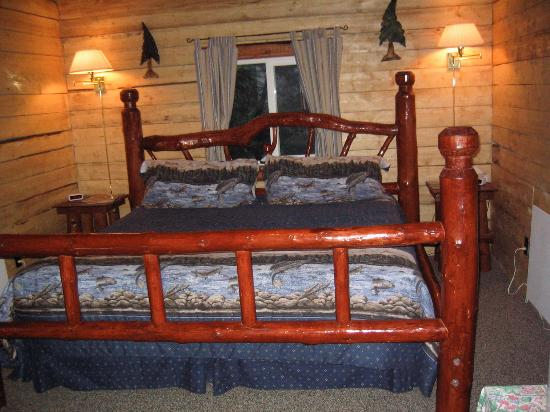 Alaska Creekside Cabins: queen bed
