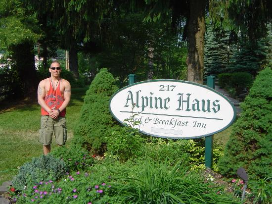Alpine Haus Bed and Breakfast Inn: Jody in front of the sign