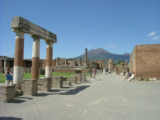 Sant&#39;Agnello, talya: Pompei with Mount Vesuvious