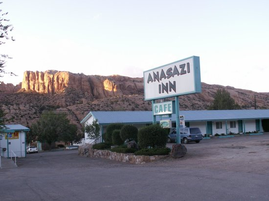 Anasazi Inn at Tsegi: View from the front parking lot