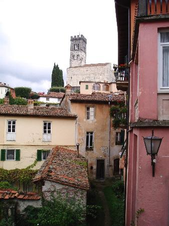 Barga, Italie : View up to the Duomo