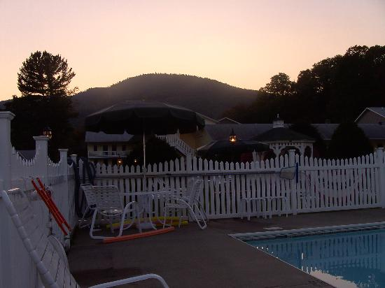 Heritage of Lake George Motel: dusk at the pool