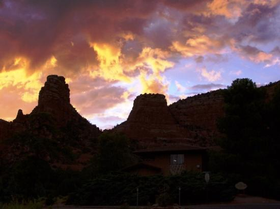 Sedona Village Lodge: taken from the parking lot of the lodge