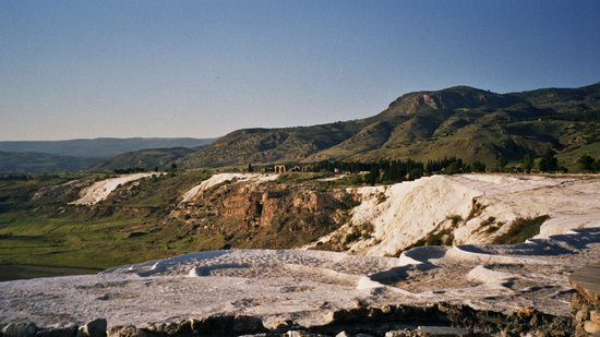 Памуккале, Турция: Pamukkale - Travertines with no water in & Hierapolis in background