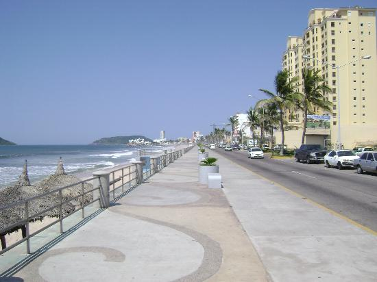 Olas Altas Inn: Malecon in front of hotel