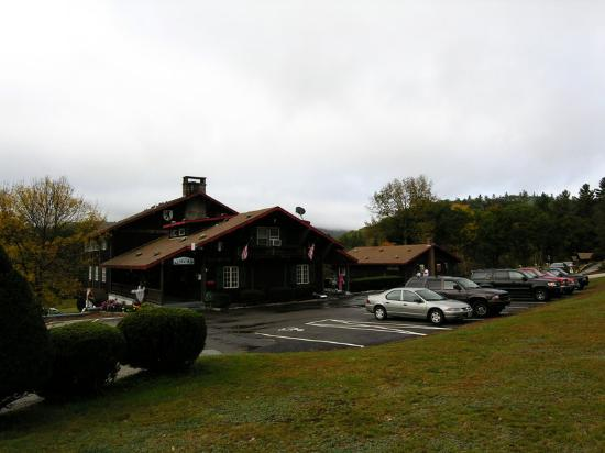 Swiss Chalets Village Inn: Pic of the Main hotel building