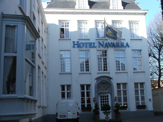 Hotel Navarra: Waving from the bedroom window