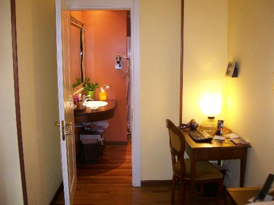Hotel Noblesse: Looking toward bathroom